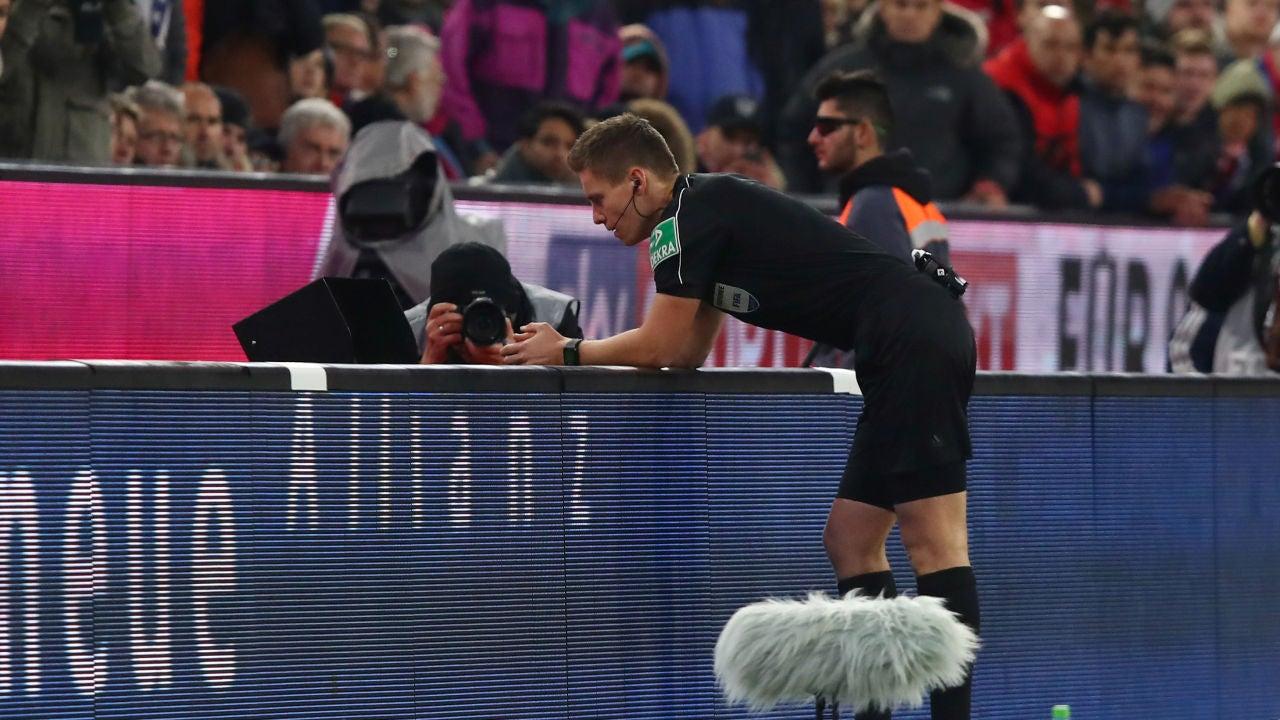 Daniel Siebert utiliza el VAR durante un partido de la Bundesliga