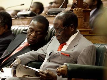 Foto de archivo del presidente de Zimbabue, Robert Mugabe, y del vicepresidente del país, Emmerson Mnangagwa