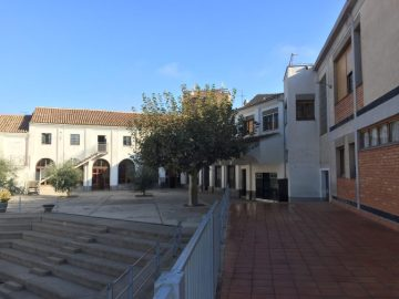 Patio de entrada del Colegio Mare de Dèu de Les Borges Blanques