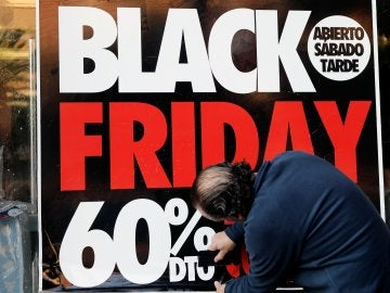 Un cartel del Black Friday en un escaparate.