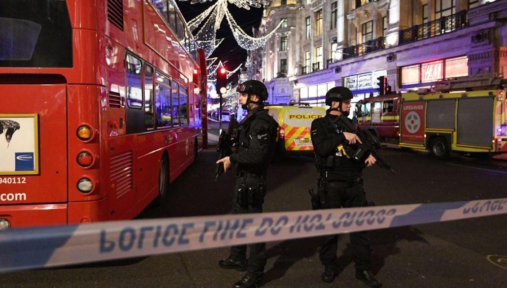 Varios policías fuertemente armados vigilan las inmediaciones de Oxford Circus