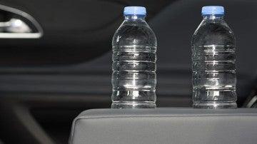 Botellas de agua en el coche