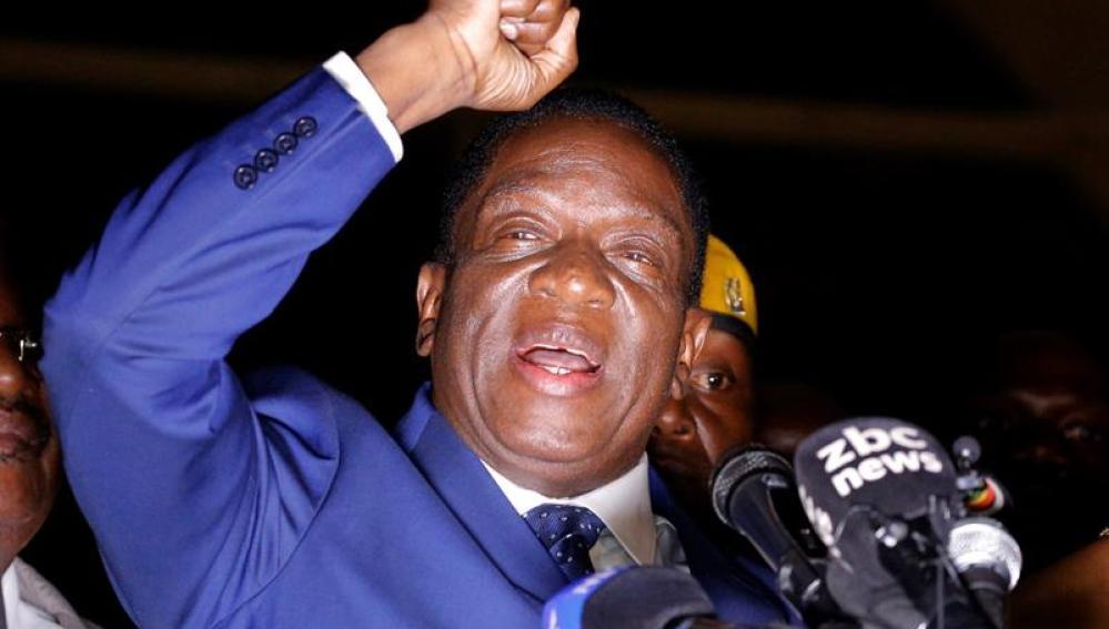 Emmerson Mnangagwa, se dirige a la prensa y al pueblo de Zimbabue en la sede del partido Unión Nacional Africana de Zimbabue
