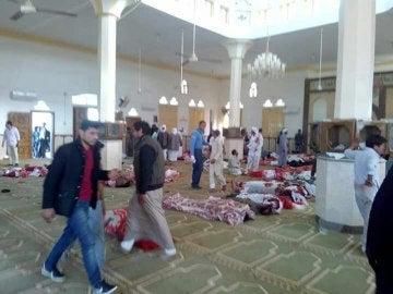 Varias personas permanecen junto a cuerpos sin vida en el interior una mezquita
