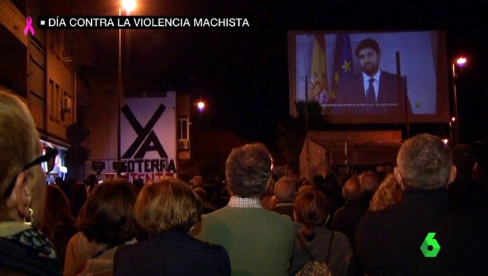Los vecinos de Murcia siguen en su lucha: así fue su noche número 74 viendo en pantalla gigante laSexta Columna
