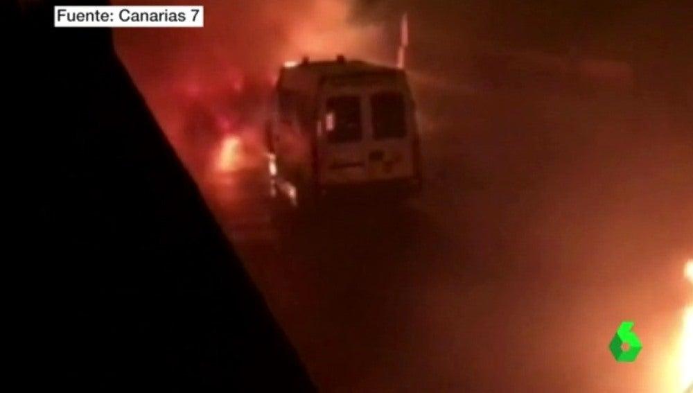 Imagen de una ambulancia ardiendo en Telde