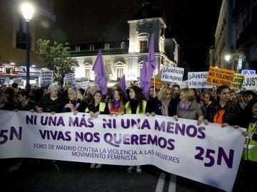 Vista general de la manifestación que ha recorrido el centro de Madrid contra la violencia de género