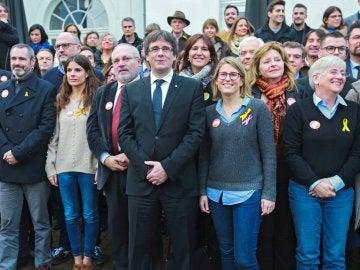 El expresidente de la Generalitat, Carles Puigdemont, posa junto a candidatos de su partido tras una rueda de prensa en Brujas