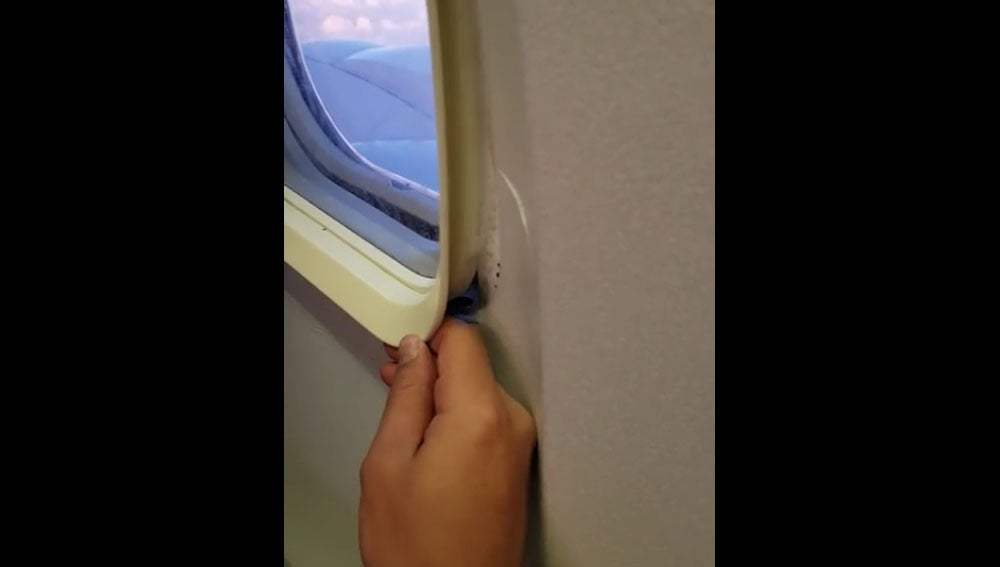 Un pasajero 'abre' la ventanilla de su avión en pleno vuelo