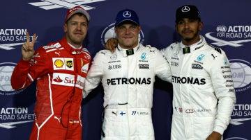 Valtteri Bottas, con Vettel y Hamilton