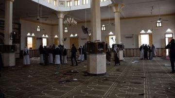 Fieles reunidos en la mezquita de Al Rauda, en el Sinaí, un día después del ataque terrorista
