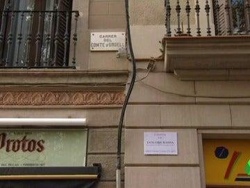 Las placas de algunas calles de Barcelona, tapadas con los nombres de exconsellers encarcelados