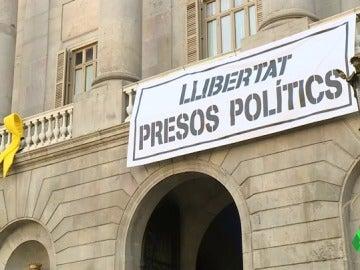 La junta electoral ordena retirar la pancarta que pide la 'libertad de los presos políticos' en el Ayuntamiento de Barcelona
