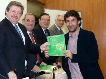 Raúl recibe el título de director deportivo de la RFEF.