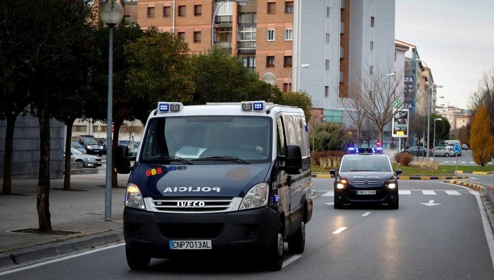 El coche y el furgón de la Policía que conduce a los miembros de La Manada acusados de violar a una joven