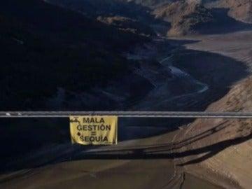 Pancarta gigante en un embalse de León colocado por Greenpeace.
