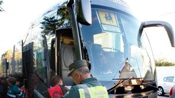 Un autobús escolar en un control de la Guardia Civil