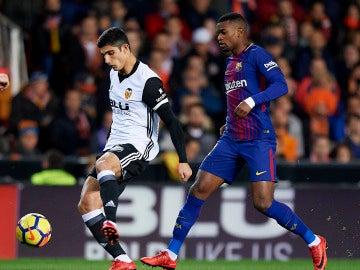Gonçalo Guedes pasa el balón en el partido ante el Barça