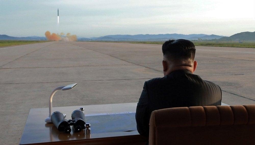 El líder norcoreano Kim Jong Un guía el lanzamiento de un misil balístico