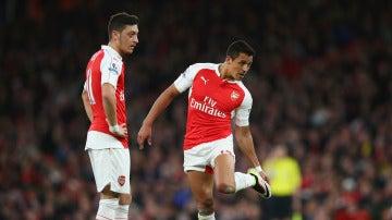 Özil y Alexis se preparan para lanzar una falta con el Arsenal