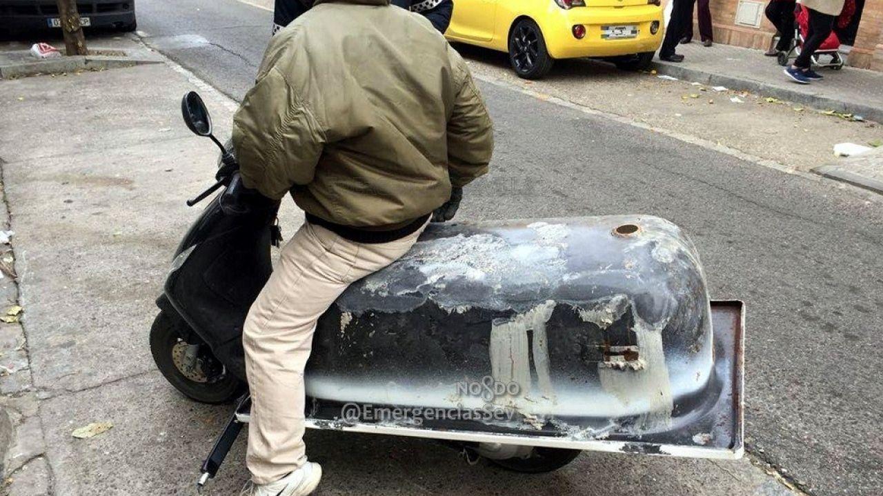 Imagen del vehículo transportando la bañera por las calles de Sevilla
