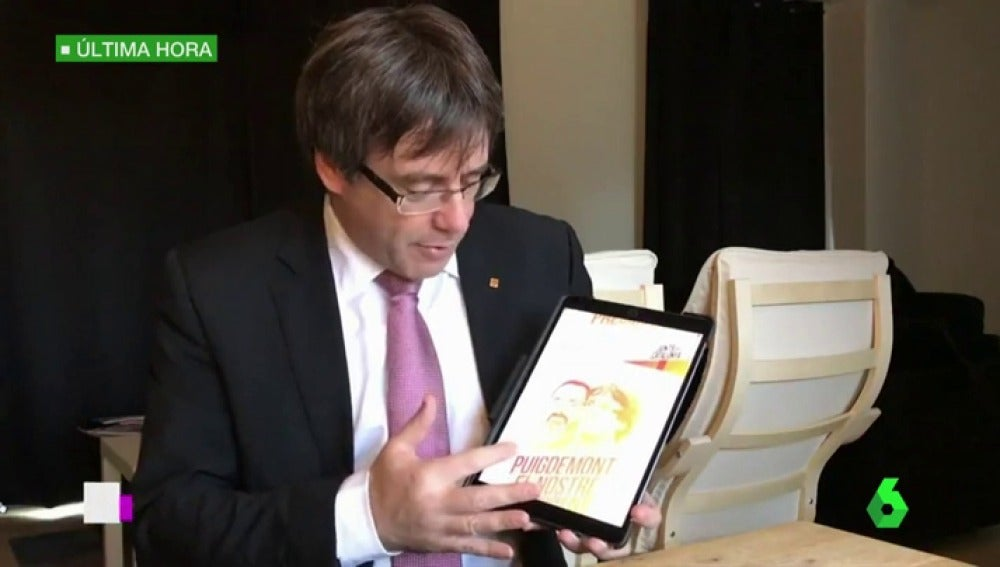 Puigdemont junto a su cartel electoral