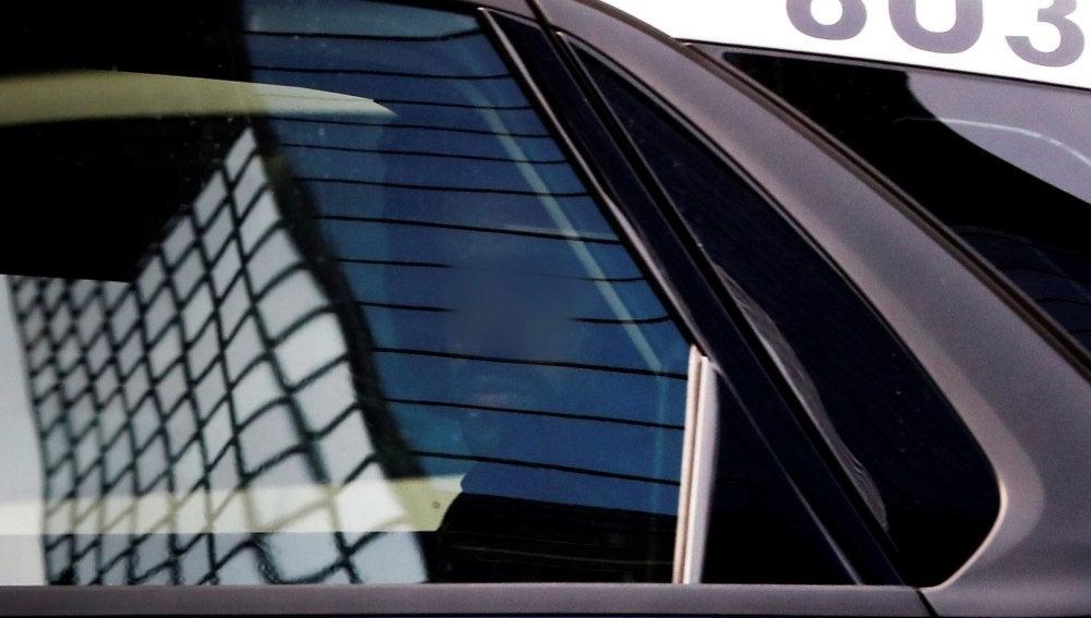El coche de la Policía que conduce a dos de los cinco acusados de 'La Manada'
