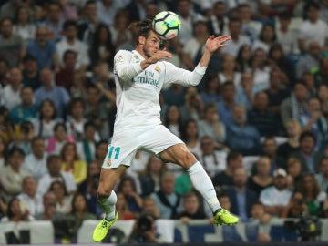 Gareth Bale recibe el balón de cabeza en un partido con el Madrid