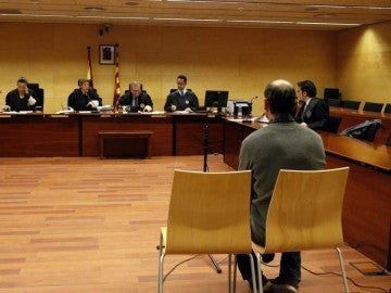 El agresor durante el juicio.