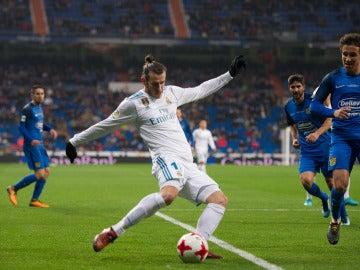 Gareth Bale se prepara para centrar ante el Fuenlabrada