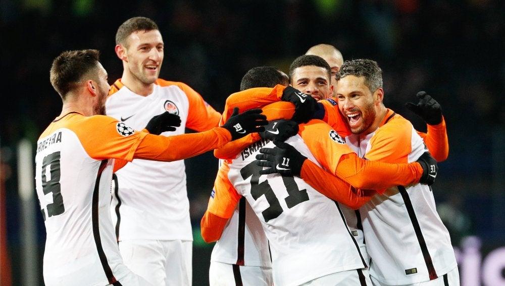 Los jugadores del Shakhtar se abrazan tras anotar un gol