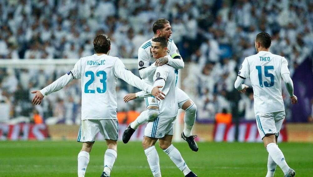 Cristiano Ronaldo celebra con sus compañeros el 2-0 ante el Dortmund