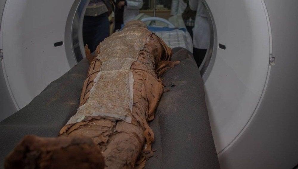 Realizan un TAC a una momia egipcia