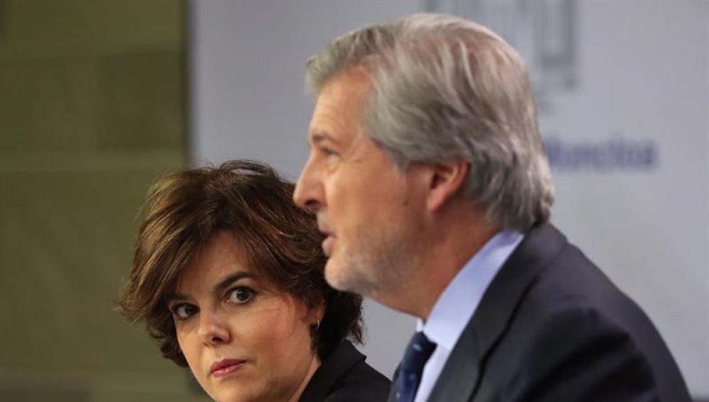 La vicepresidenta del Gobierno, Soraya Sáenz de Santamaría, junto al portavoz del Ejecutivo, Íñigo Méndez de Vigo