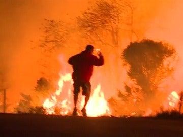 Un joven desesperado ante las llamas