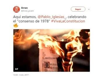 Tuit de Arran con una Constitución ardiendo