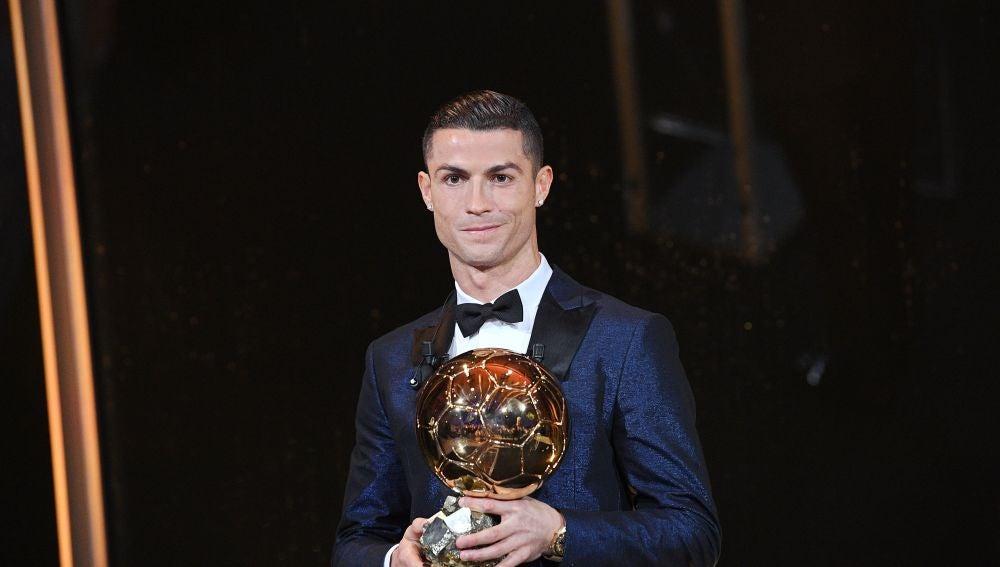Cristiano Ronaldo posa con su quinto Balón de Oro
