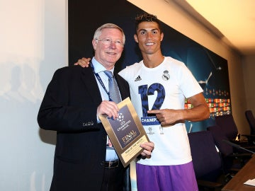 Cristiano Ronaldo posa con Alex Ferguson tras ganar la Duodécima