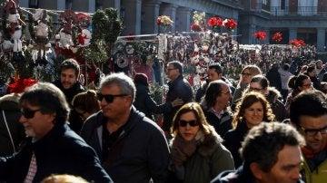 Un gran número de visitantes recorre el mercado de Navidad de la Plaza Mayor de Madrid