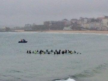 Surfistas homenajeando en el mar a Ignacio Echevarría.