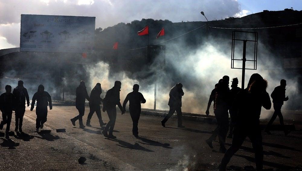 Decenas de palestinos y soldados israelíes se enfrentan durante una protesta en la ciudad cisjordana de Nablus