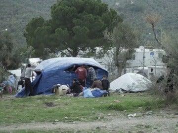 Los refugiados viven hacinados en el campo de Moria, en Lesbos, Grecia