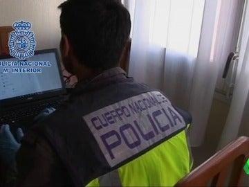 Un agente reciba un ordenador en busca de pornografía infantil