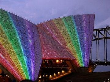 La ópera de Sídney con los colores de la bandera LGTBI