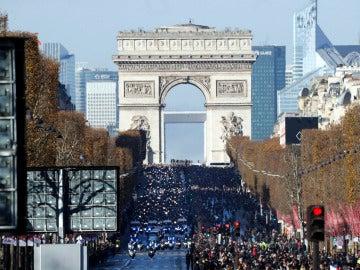 El cortejo fúnebre de Hallyday, seguido por cientos de motoristas, recorre los Campos Elíseos abarrotados de seguidores del cantante