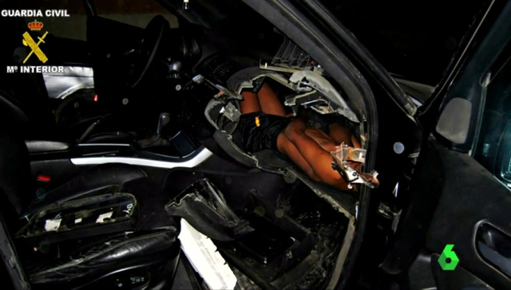 Un niño guineano rescatado del salpicadero de un coche en Melilla