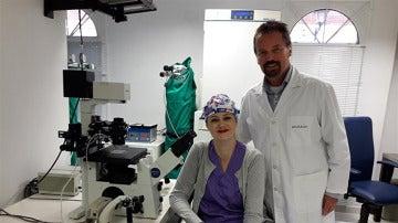El doctor Jan Tesarik con un miembro de su equipo en la clínica Margen