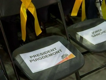 Las sillas reservadas para los ausentes en la campaña del 21D