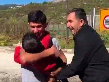 Emotivo reencuentro de un padre sirio y su hijo