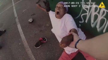 Una mujer es atacada por un perro policía cuando tiraba la basura